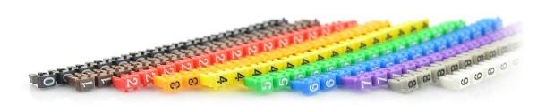 Znaczniki z cyframi od 0 do 9 w różnych kolorach.
