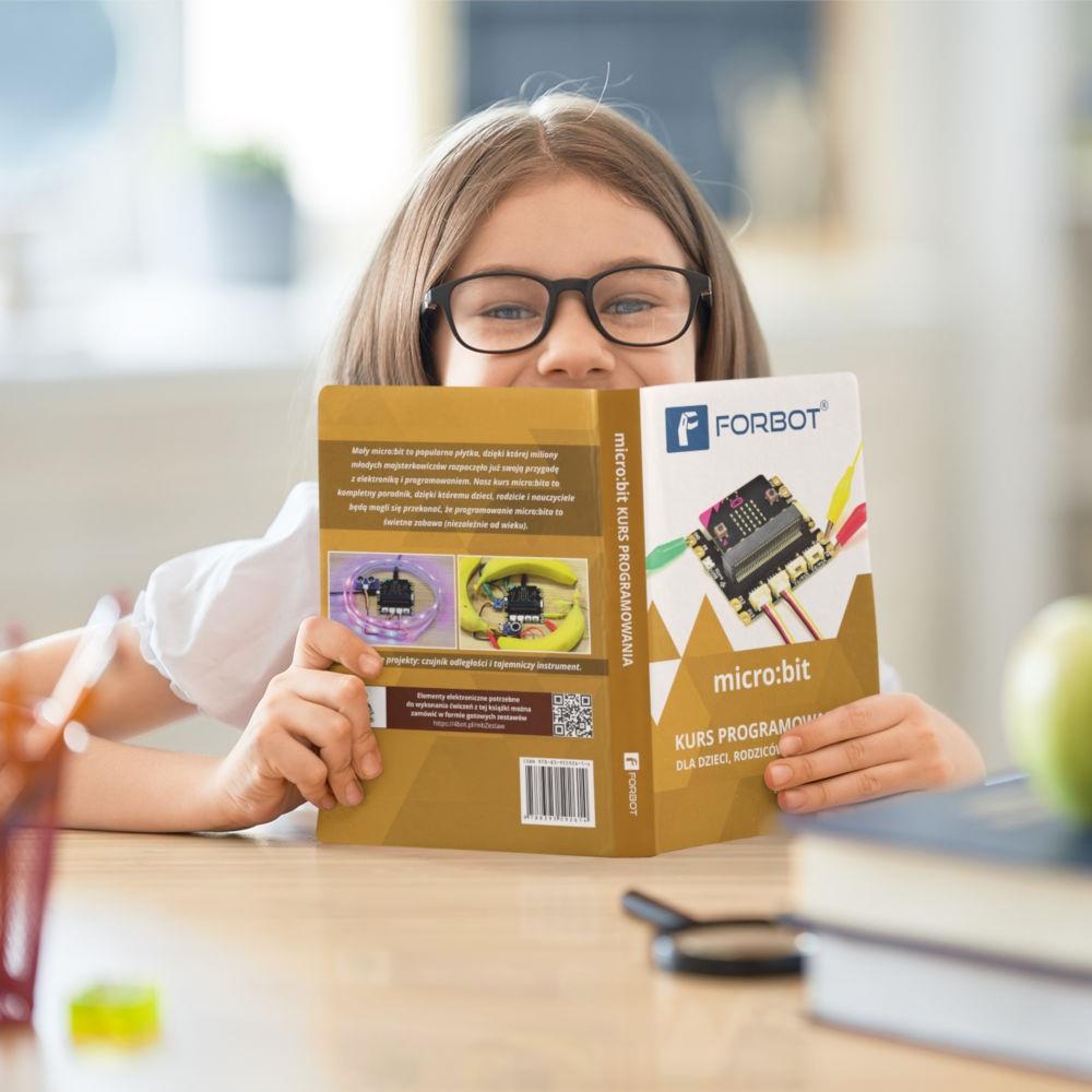 Praca z płytką rozwojową micro:bit to świetny sposób na rozpoczęcie nauki programowania i elektroniki wśród najmłodszych.