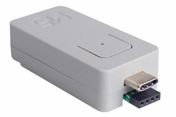 Moduł wyposażono we wtyk USB C oraz wtyk zgodny z gniazdem Grove. Złącza te zostały wprowadzone na drugą stronę urządzenia, by nie ograniczać możliwości urządzenia.