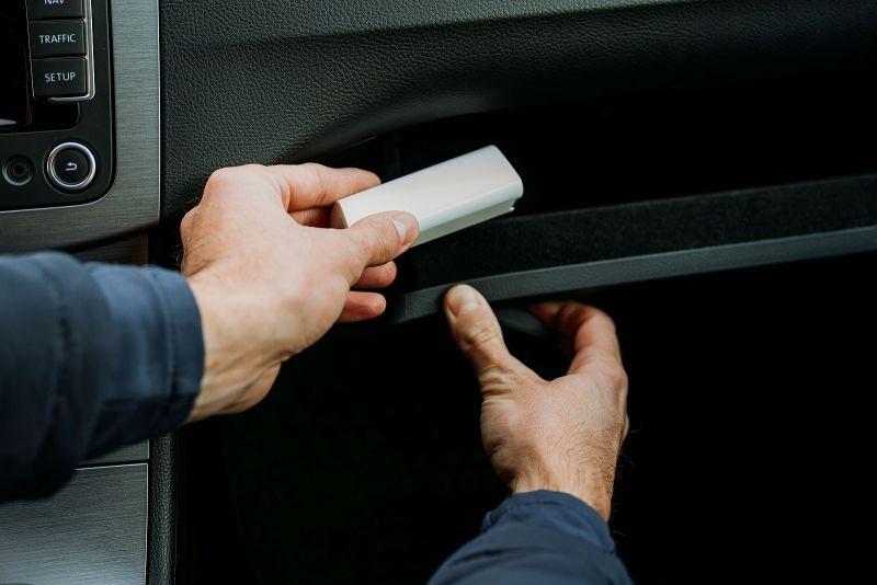 Przykładowe umiejscowienie lokalizatora w samochodzie.
