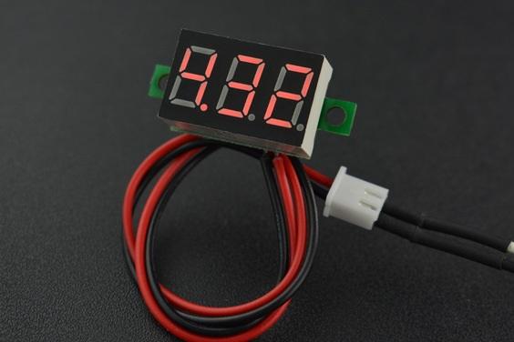 Wyświetlacz segmentowy prezentujepomiar za pomocą czerwonych diod LED.