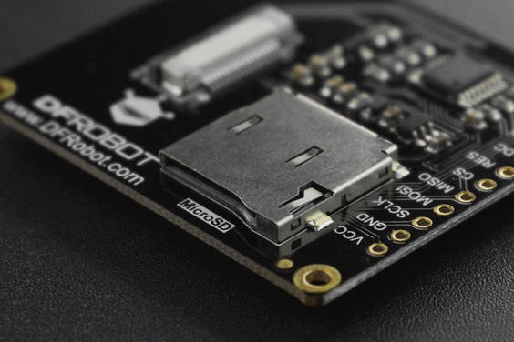 Wyświetlacz posiada wbudowane gniazdo na kartę pamięci microSD.