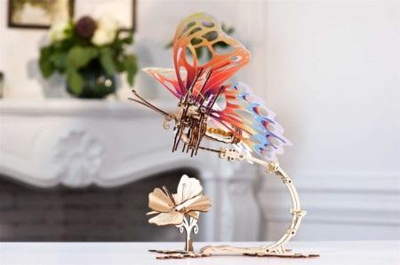 Model jest prawdziwą rzeźbą kinetyczną, która imituje lot motyla.