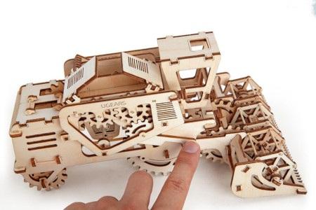 Kombajn składa się z precyzyjnie wyciętych puzzli 3D.